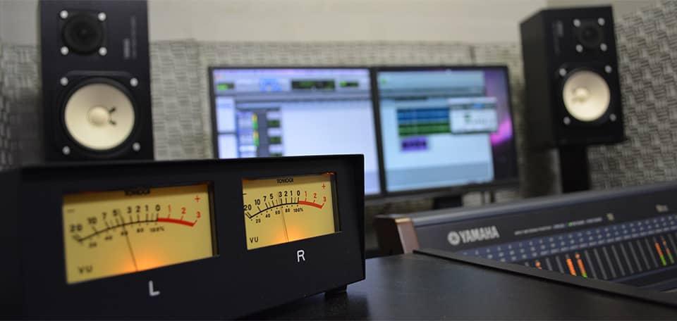 ナレーション収録に特化した自社スタジオを完備。像を見ながらの収録も可能です。